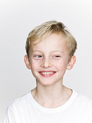 Portrait of blonde boy - p869m1109702 by Dombrowski