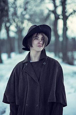 Junger Mann mit Hut - p992m1537884 von Carmen Spitznagel