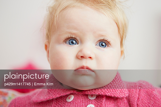 Portrait of baby girl, with bright blue eyes, close-up - p429m1417745 by Emma Kim