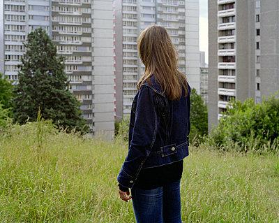 Frau blickt auf Wohntürme - p1409m1465823 von margaret dearing