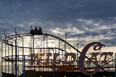 Silhouette of wild cat rollercoaster at Puyallup Fair, Puyallup, Washington, United States - p555m1418938 by Spaces Images