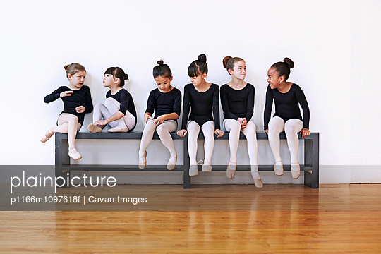 Little ballet dancers (6-7, 8-9) in studio