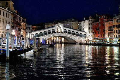 Italy, Venice, Rialto Bridge at night - p1154m2230640 by Tom Hogan