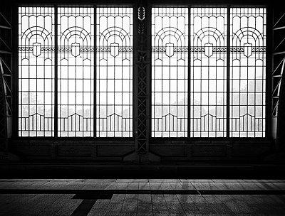 Deutschland, Hamburg, Fenster am Dammtor Bahnhof - p1696m2296516 von Alexander Schönberg