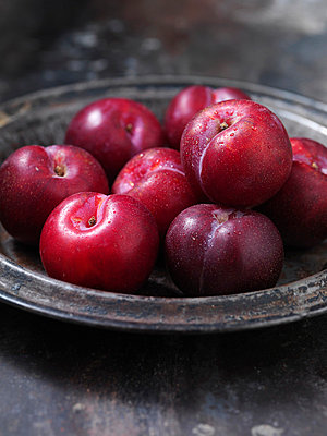 Close up of bowl of plums - p42918973f by Danielle Wood