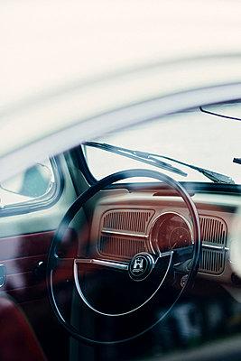 Innenraum eines alten VW Käfers - p946m859523 von Maren Becker