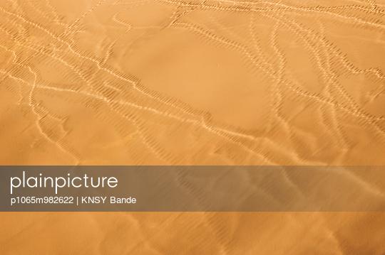 Spuren in der Wüste, Luftaufnahme, Sossusvlei, Namibia - p1065m982622 von KNSY Bande