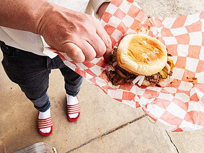 Person beim Sandwich essen - p1301m2172364 von Delia Baum