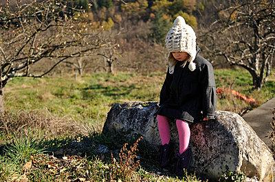 Trauriges kleines Mädchen - p8290127 von Régis Domergue
