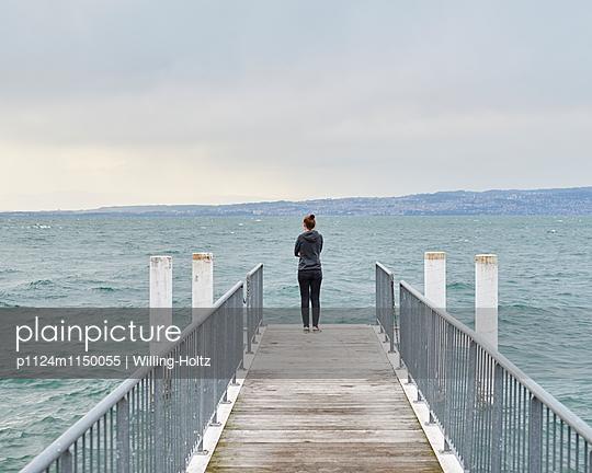 Frau steht auf Steg am Genfer See - p1124m1150055 von Willing-Holtz