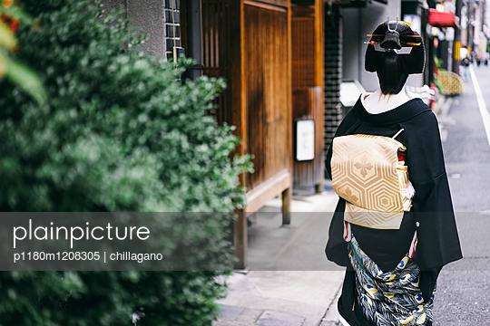 Japanische Geiko auf dem Weg zur Arbeit - p1180m1208305 von chillagano