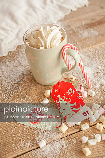 Kaffee mit Sahne, Marshmnallows und eine Zuckerstange - p1288m1161561 von Nicole Franke