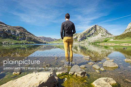 Spain, Asturias, Picos de Europa National Park, man standing at Lakes of Covadonga - p300m1449776 by Maria Elena Pueyo Ruiz