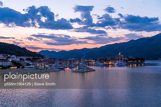 Scenic view of marina at sunset - p555m1504129 by Steve Smith