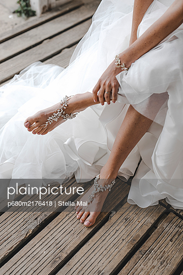 Feet of the bride with bridal jewelry - p680m2176418 by Stella Mai