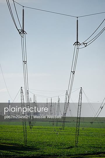 Hochspannungsleitungen auf Ackerland - p967m2045621 von Wessel Wessels