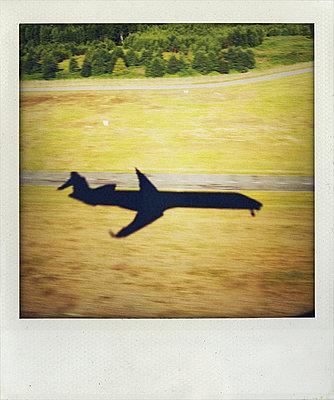 Schatten eines landenden Flugzeugs über Landschaft - p1065m891806 von KNSY Bande
