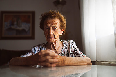 elderly woman with hearing problems using technology at home, Madrid / Spain - p300m2300079 von Jose Carlos Ichiro