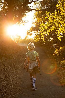 Junge auf einem Wanderweg im Gegenlicht, Mount Tamalpais - p756m2211789 von Bénédicte Lassalle