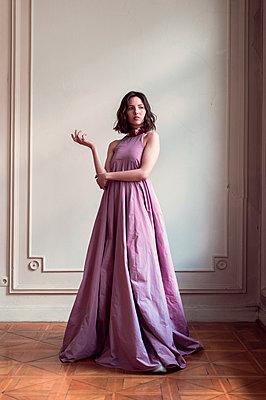 Frau im langen lila Abendkleid - p947m2192797 von Cristopher Civitillo