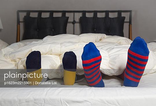 Mit Socken im Bett - p1623m2215901 von Donatella Loi