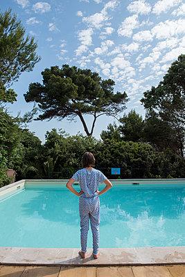 Mädchen am Schwimmbecken - p954m1585920 von Heidi Mayer