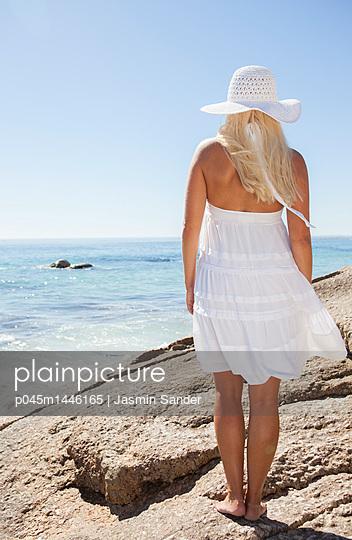 Frau guckt aufs Meer - p045m1446165 von Jasmin Sander