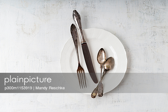 Silver cutlery on plate - p300m1153919 by Mandy Reschke