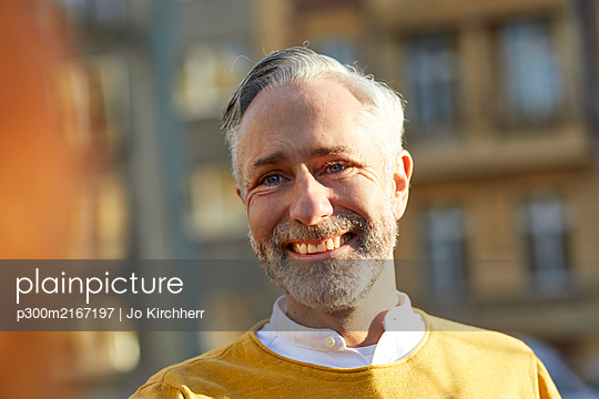 Portrait of smiling mature man in the city - p300m2167197 by Jo Kirchherr