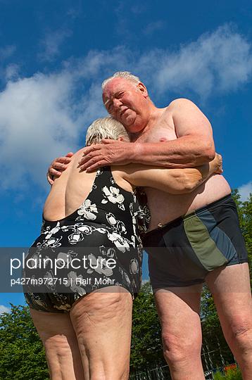 Älteres Paar im Freibad - p427m972715 von R. Mohr