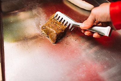 Steak braten - p1076m1486754 von TOBSN