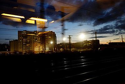 Mit dem Zug unterwegs in Paris - p1189m1218672 von Adnan Arnaout