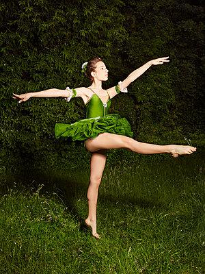 Ballett im Grünen 01 - p1376m1222319 von Melanie Haberkorn