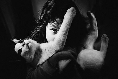 Girl with cat, portrait - p1616m2187765 by Just - Schmidt