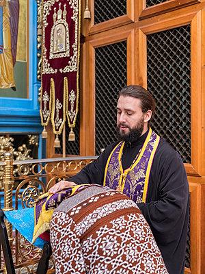 Russisch Orthodoxer Gottesdienst mit Predigern  - p390m2076251 von Frank Herfort