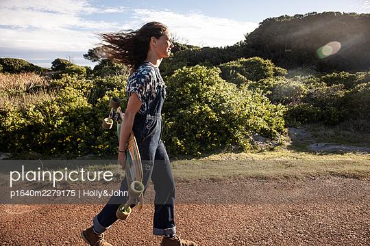 Junges Mädchen mit Skateboard - p1640m2279175 von Holly&John