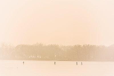 People walking over frozen Kunming Lake - p1085m1104913 by David Carreno Hansen