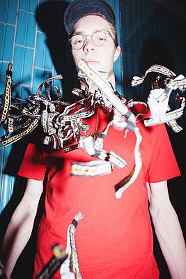 Cooler Typ mit rotem T-Shirt - p1429m2015705 von Eva-Marlene Etzel