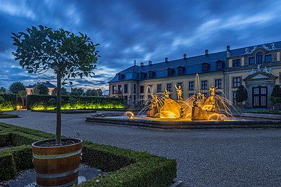 Deutschland, Niedersachsen, Hannover, Neptunbrunnen im Orangenparterre & Galerie der Herrenhäuser Gärten am Abend - p300m2062572 von Patrice von Collani