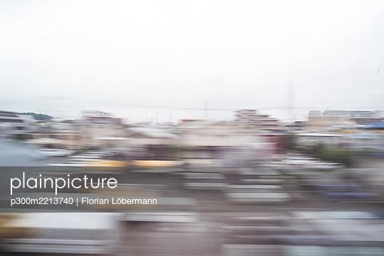 Japan, Tokyo, view to houses, long exposure - p300m2213740 by Florian Löbermann