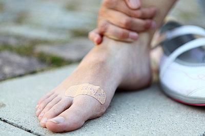 Fuß mit Pflaster - p179m833416 von Roland Schneider