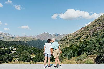 Back view of kissing senior couple, Jaca, Spain - p300m2155207 by Hernandez and Sorokina