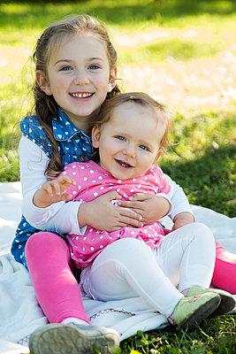 Mädchen im Park - p796m1123134 von Andrea Gottowik