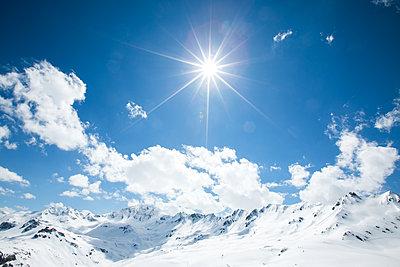 Sunny mountain landscape - p1113m1215096 by Colas Declercq