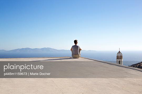 Frau blickt aufs Meer - p445m1159673 von Marie Docher