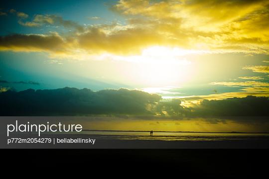 Menschen am Horizont - p772m2054279 von bellabellinsky