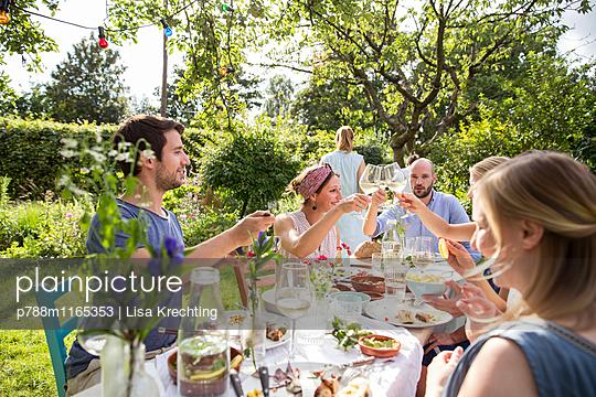 Freunde stoßen an mit Weißwein  - p788m1165353 von Lisa Krechting