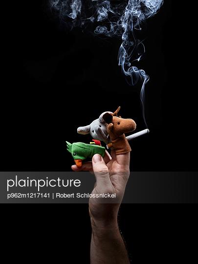 Person mit Zigarette und Fingerpuppen - p962m1217141 von Robert Schlossnickel