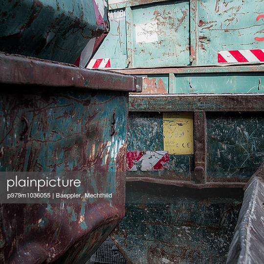 Müll Container - p979m1036055 von Baeppler, Mechthild
