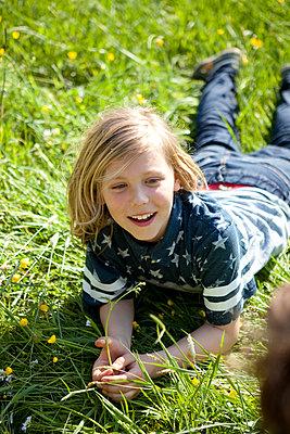 Junge liegt im Gras - p1195m1138107 von Kathrin Brunnhofer